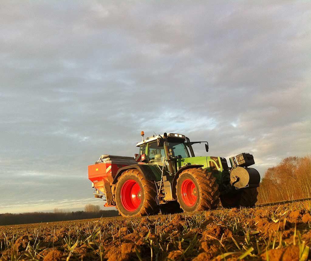 Bremer Agrar Lohnunternehmen beim Dünger ausbringen