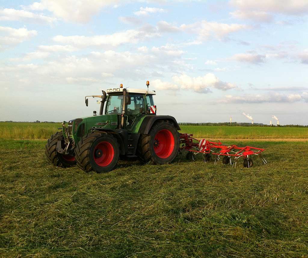 Bremer Agrar Lohnunternehmen be der Grasernte